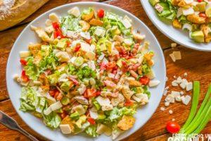 Ensalada cesar con pollo, bacon, tomate y aguacate