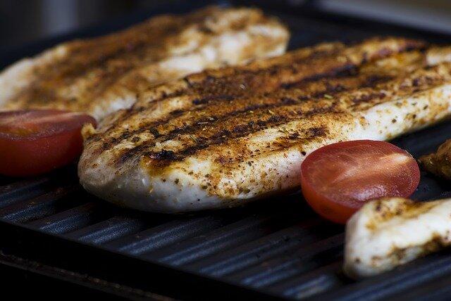 Ensalada césar con pollo y bacon (pollo a la plancha)