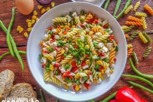 Ensalada de pasta espirales con pollo, pimiento rojo y judías verdes