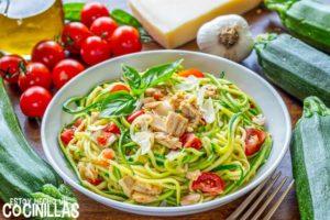 Espaguetis de calabacín con atún, tomate y albahaca