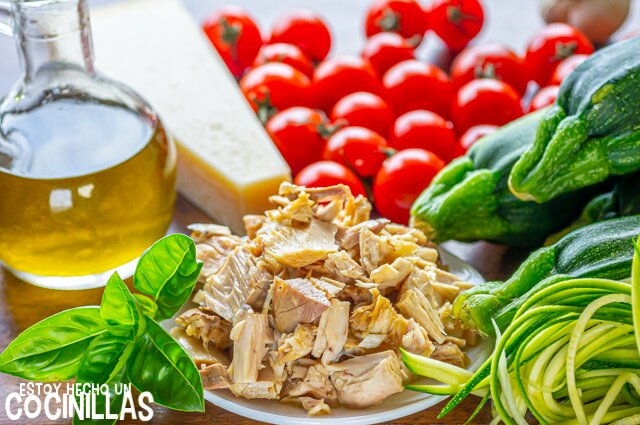 Espaguetis de calabacín con atún, tomate y albahaca (ingredientes)