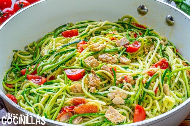 Espaguetis de calabacín con atún, tomate y albahaca (sartén)