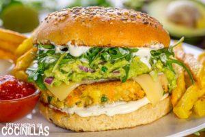 Hamburguesas de atún y verduras con queso, guacamole y rúcula