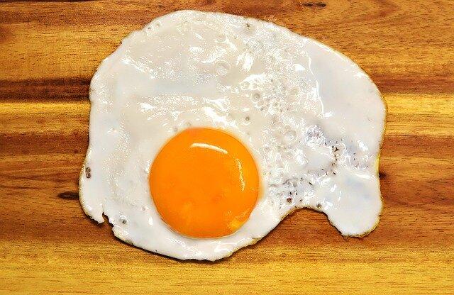 Huevos rotos con jamón (huevos fritos)