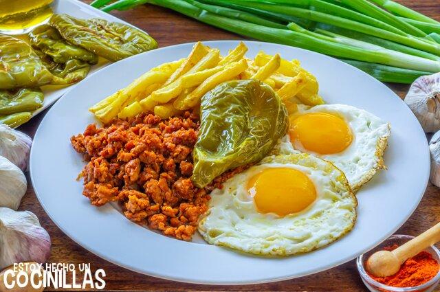 Picadillo de chorizo con huevos, patatas y pimientos fritos