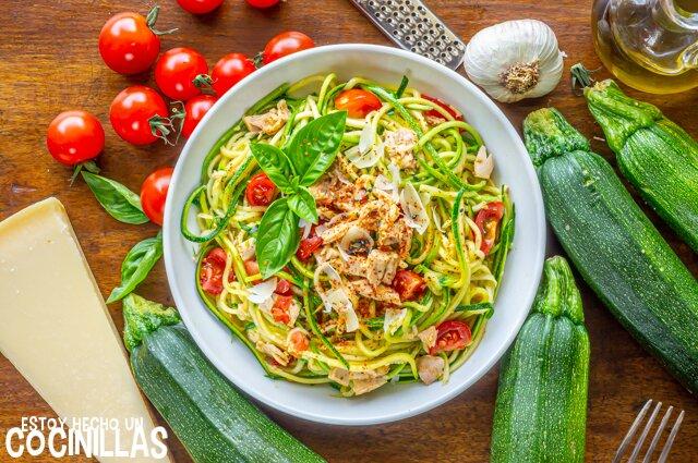 Receta de espaguetis de calabacín con atún, tomate y albahaca