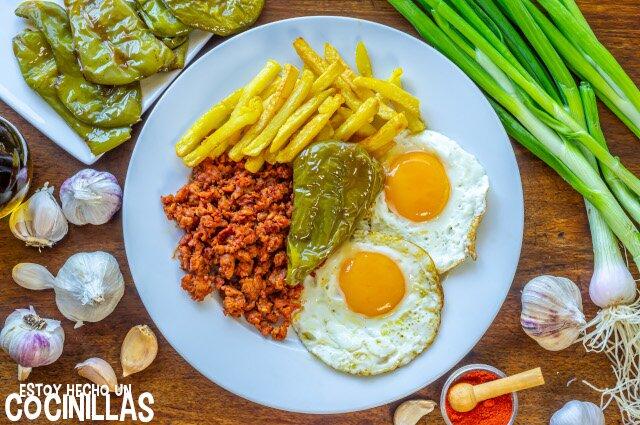 Receta de picadillo de chorizo con huevos, patatas y pimientos fritos