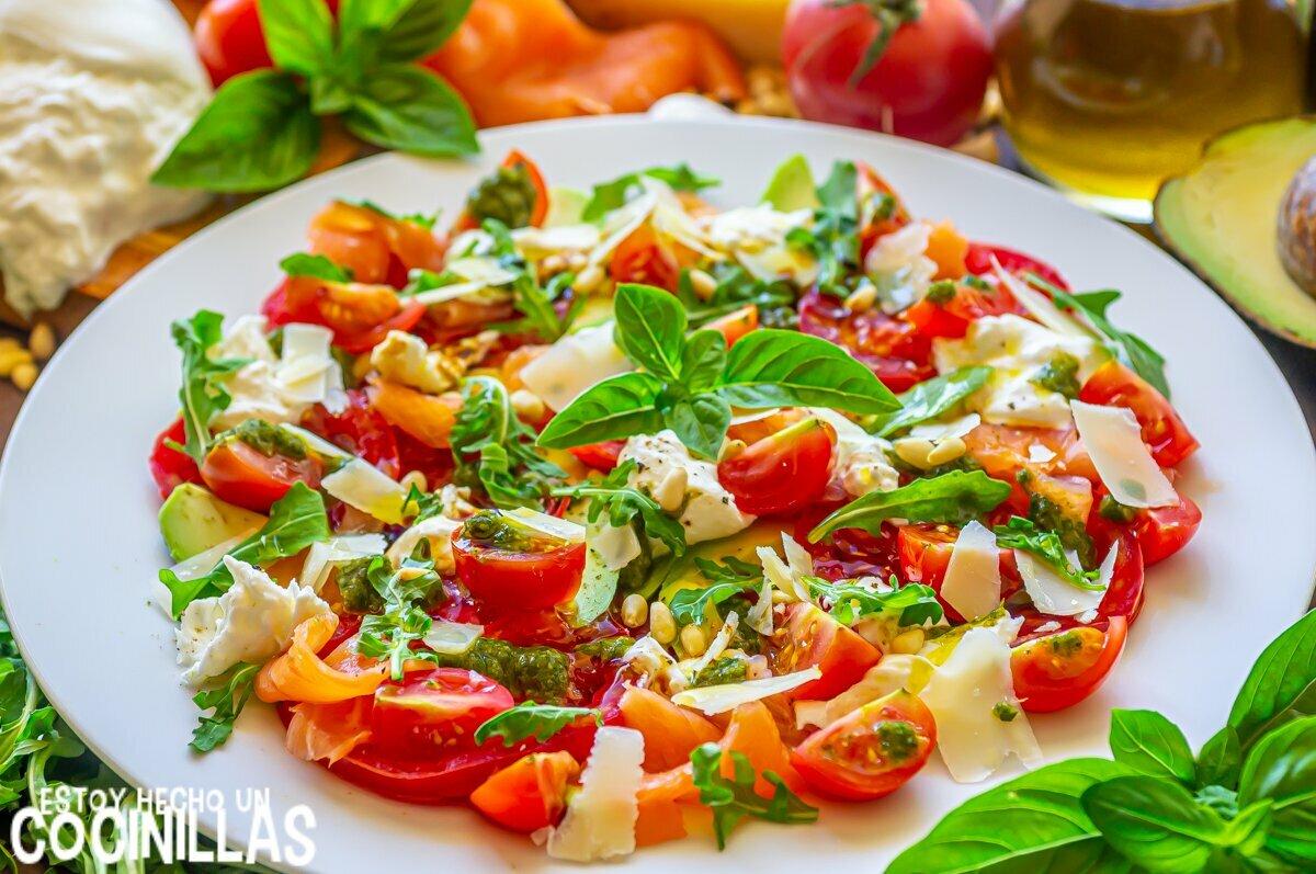 Ingredientes para ensalada de burrata con tomate, salmón, aguacate y pesto