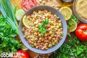 Receta de ensalada de cuscús y garbanzos con verduras