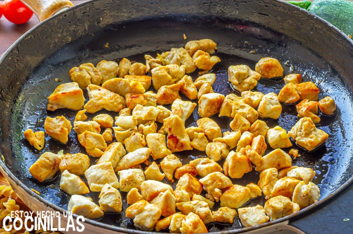 Ensalada de pasta con pollo, calabacín y mozzarella (dorar el pollo)