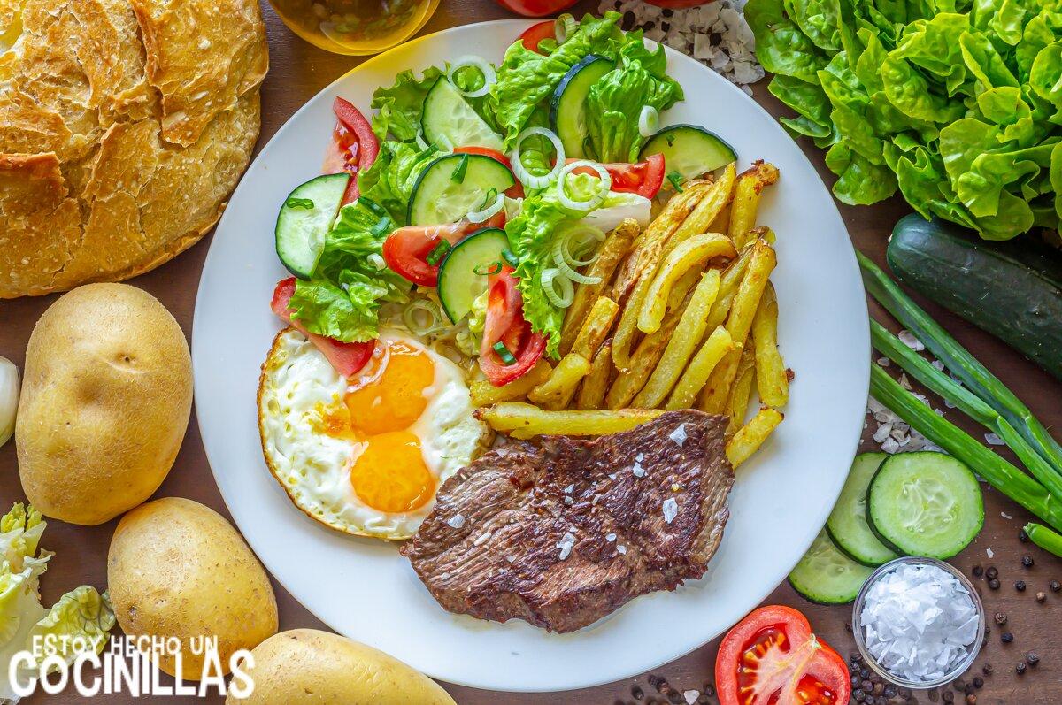 Filete de ternera a la plancha con patatas fritas, huevo y ensalada
