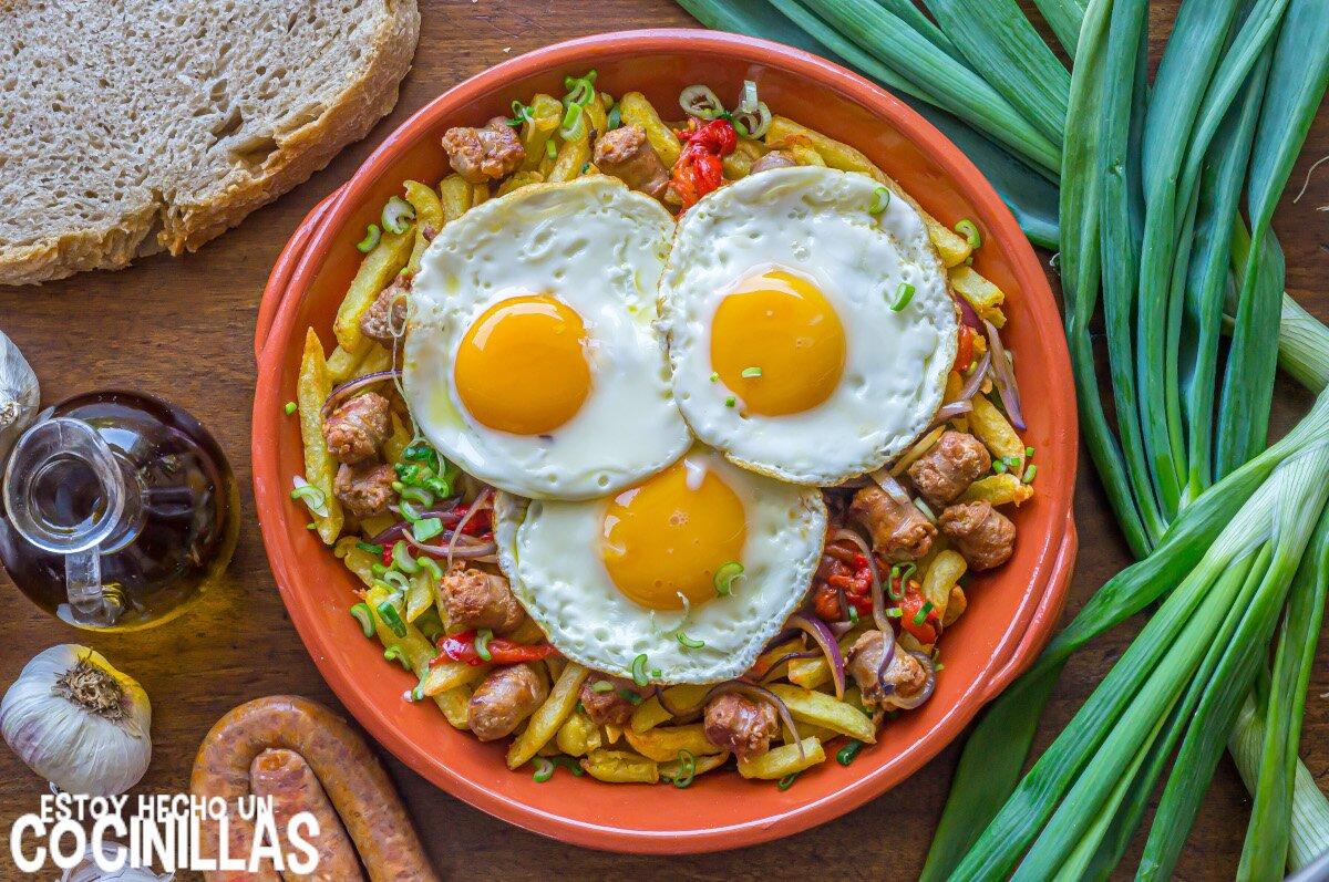 Huevos rotos con chistorra, patatas y pimientos