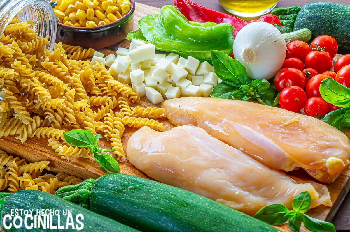 Ingredientes ensalada de pasta con pollo, calabacín y mozzarella