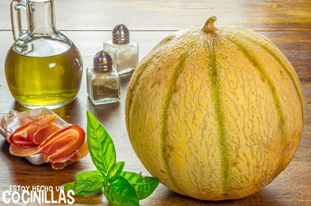 Ingredientes para sopa fría de melón cantalupo con jamón y albahaca