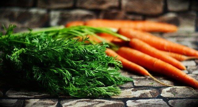 Manojo de zanahorias con sus hojas