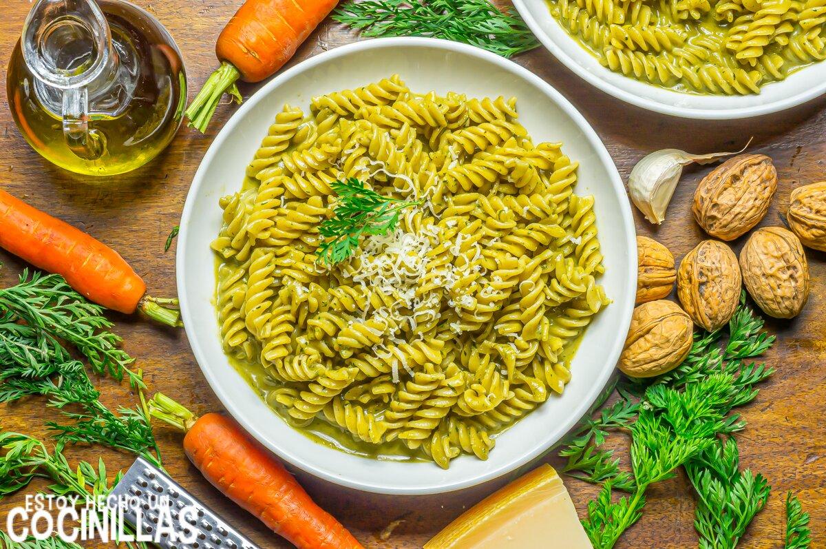 Pasta al pesto de hojas de zanahoria y nueces