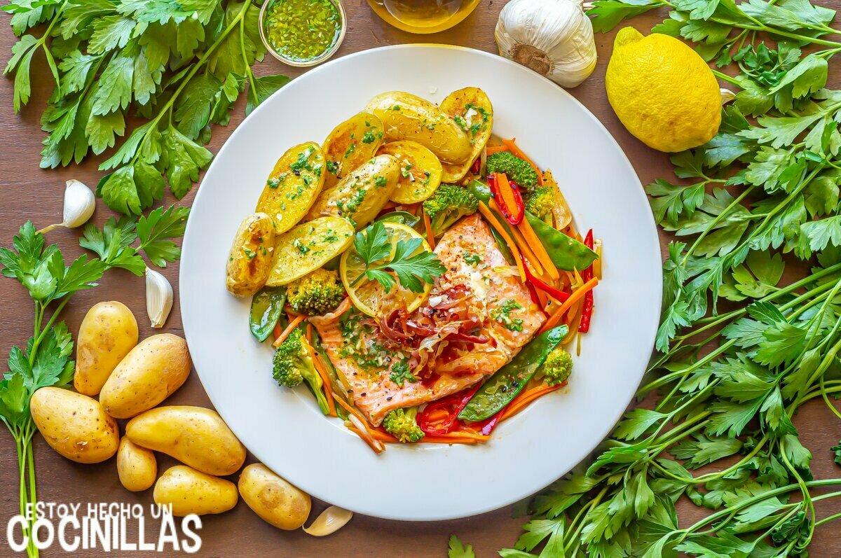 Receta de trucha en papillote con verduras, jamón y patatas al microondas
