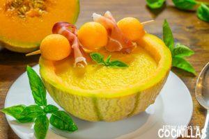 Sopa fría de melón cantalupo con jamón y albahaca