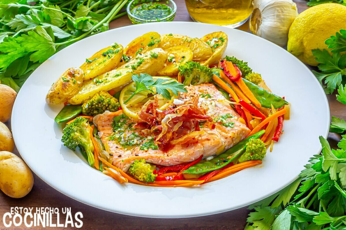 Trucha en papillote con verduras, jamón y patatas al microondas