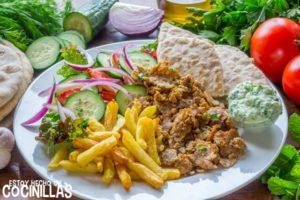 Gyros griego servido en un plato