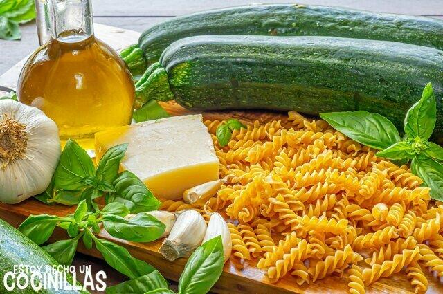 Ingredientes para pasta con calabacín y queso feta