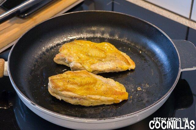 Pechugas de pollo con tomate (dorar el pollo)