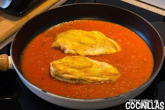 Pechugas de pollo con tomate (incorporar las pechugas)