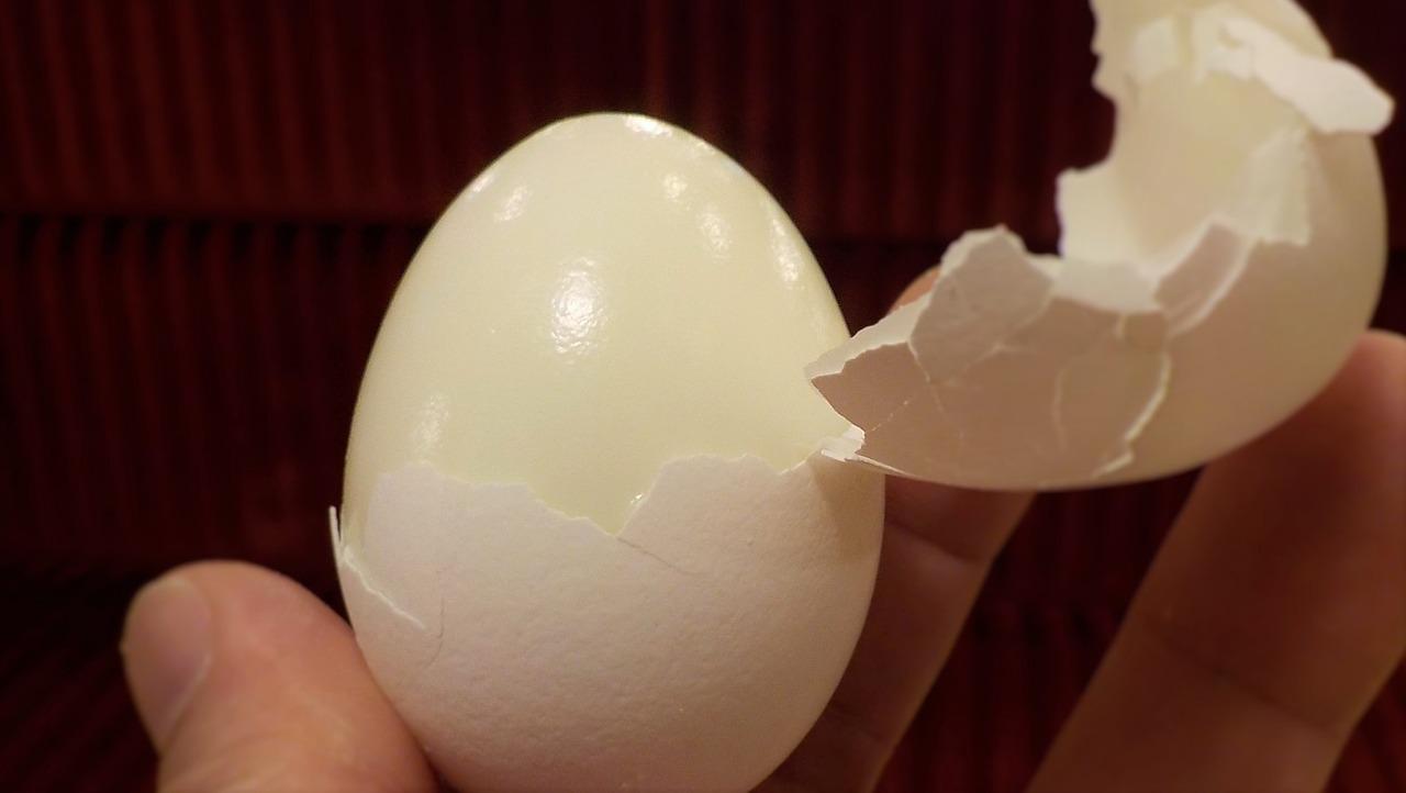 Pelar huevos cocidos