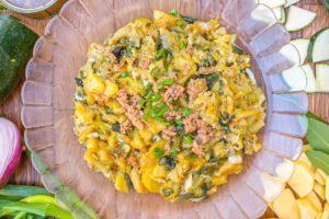 Revuelto de calabacín y patata con atún y cebolleta