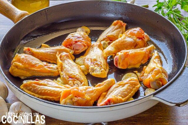 Alitas de pollo al ajillo (dorar el pollo)