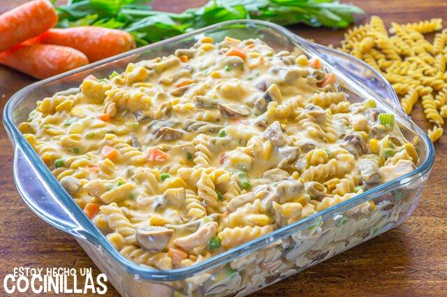 Fuente de pasta al horno con atún y verduras (tuna noodle casserole)