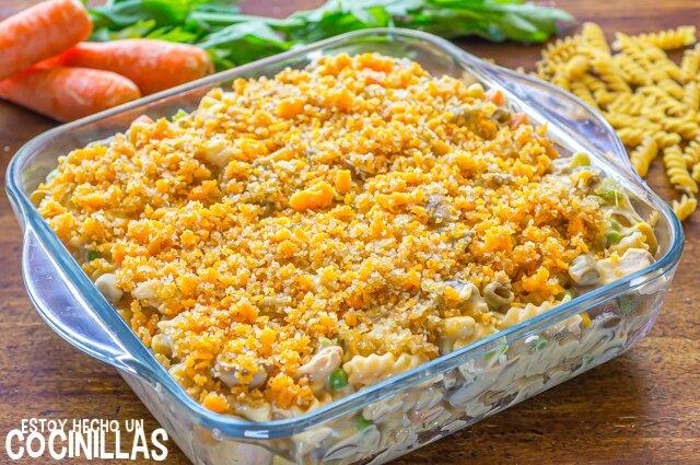 Pasta al horno con atún y verduras (tuna noodle casserole). Queso rallado