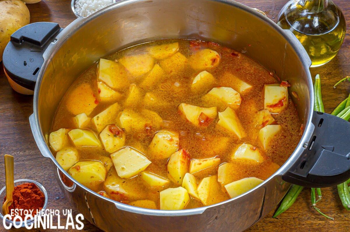 Patatas con vainas (cocción)