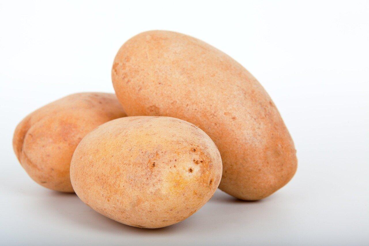 Patatas (ingredientes sopas de tomate extremeñas con pan y patatata)
