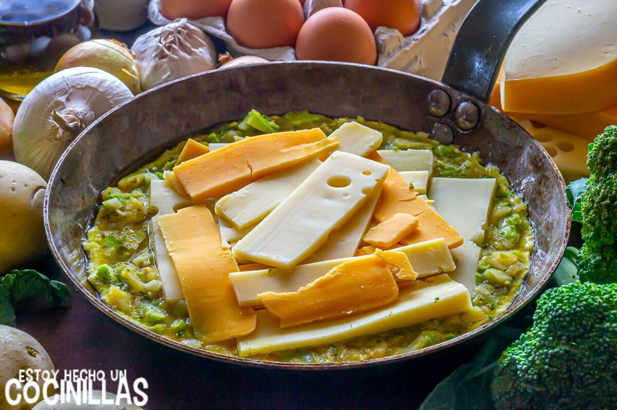 Tortilla de patatas y brócoli rellena de queso (sartén)