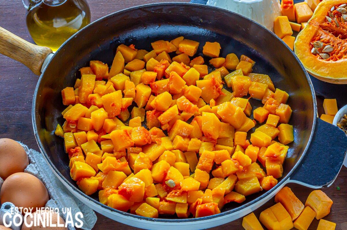 Cocer la calabaza para la quiche de calabaza con cebolla caramelizada, ricotta y parmesano