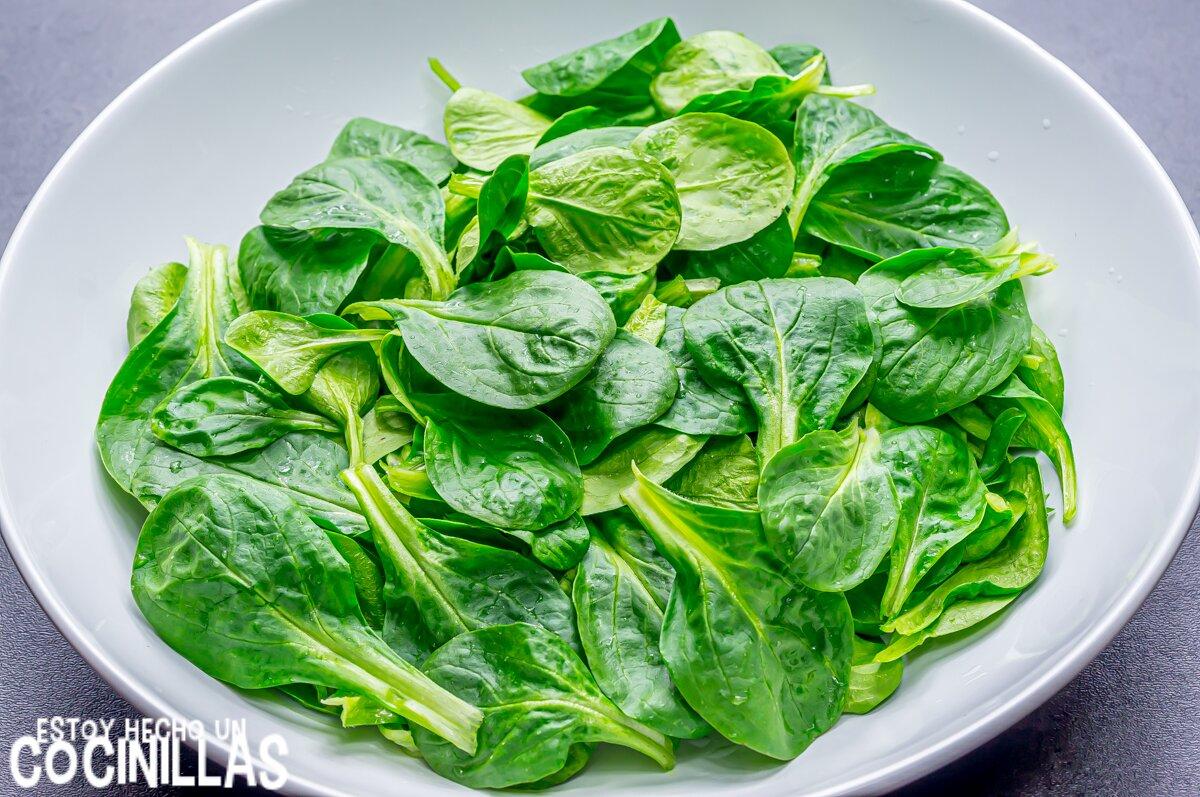 Cómo hacer ensalada de canónigos, queso fresco y frutos secos