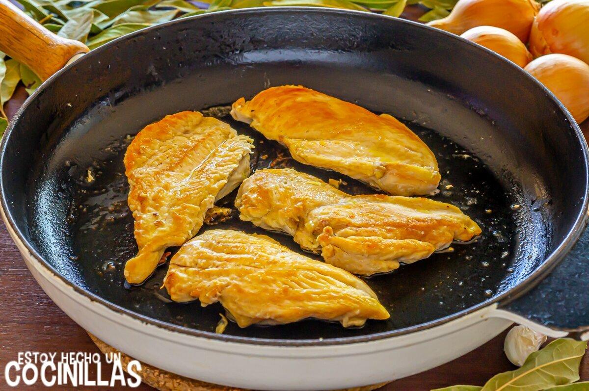 Dorar los filetes de pollo en salsa de cebolla