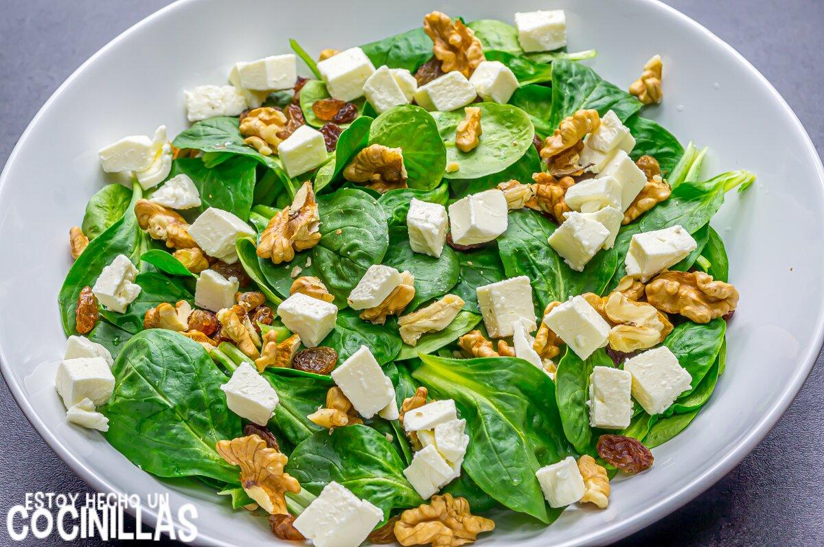 Elaboración de la ensalada de canónigos, queso fresco y frutos secos