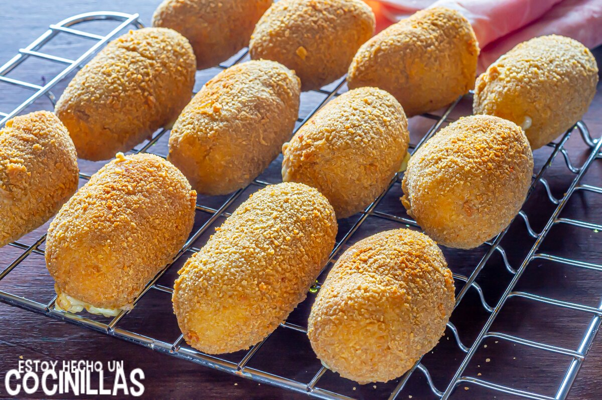 Fritura de las croquetas de jamón york, queso y huevo
