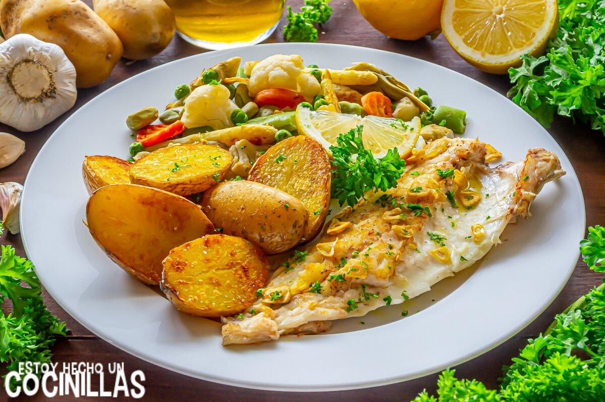 Lubina a la plancha con guarnición de verduras y patatas