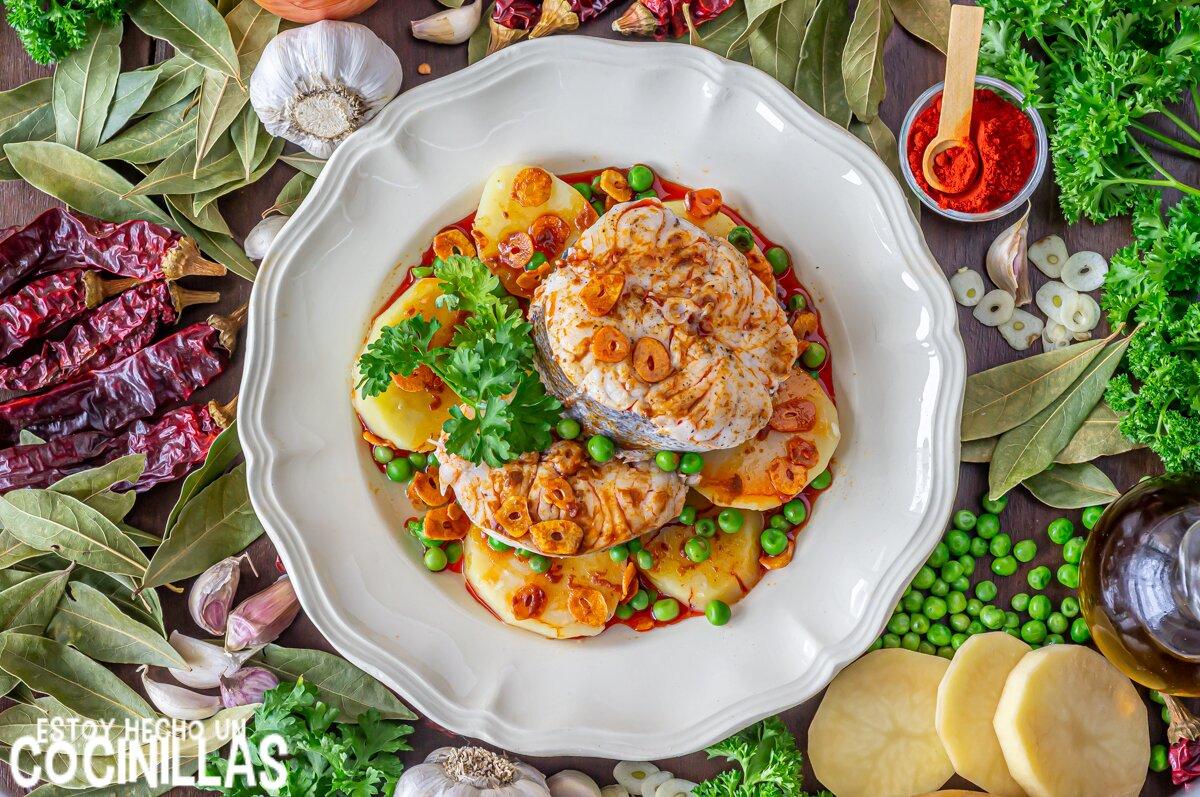 Receta de merluza a la gallega con patatas y guisantes