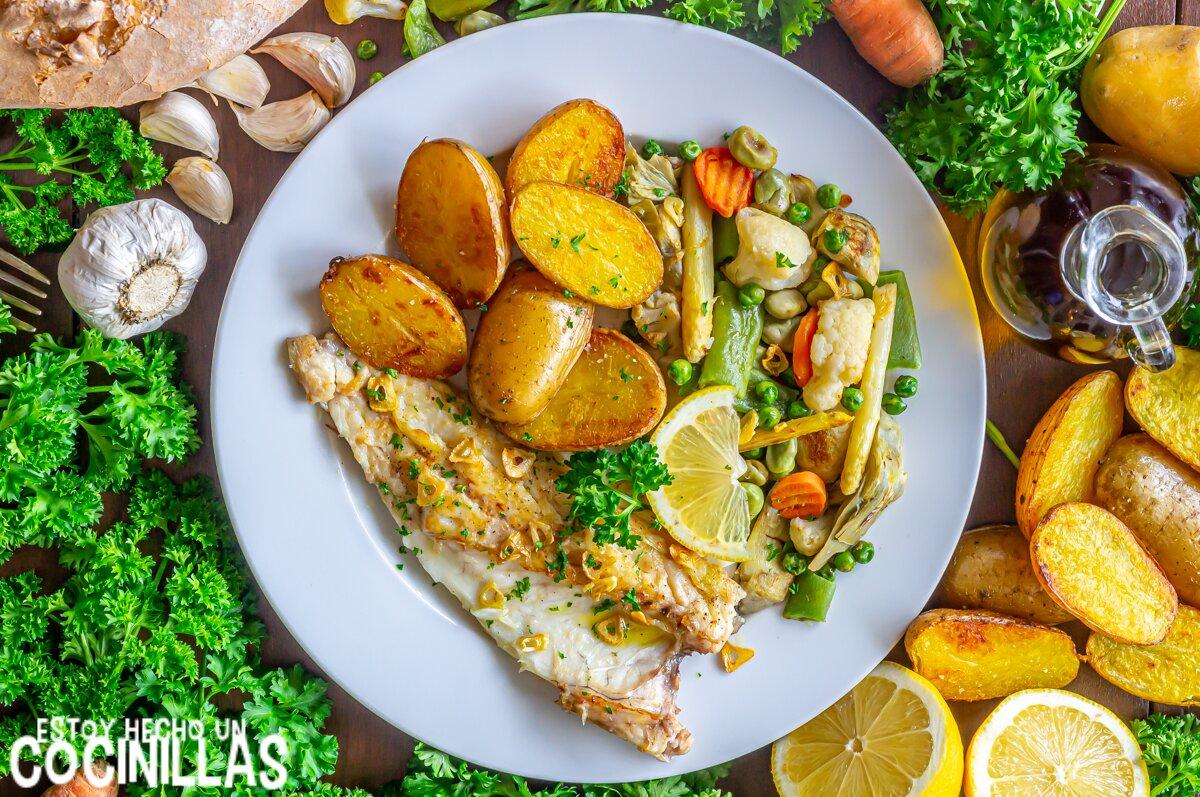Receta de lubina a la plancha con guarnición de verduras y patatas