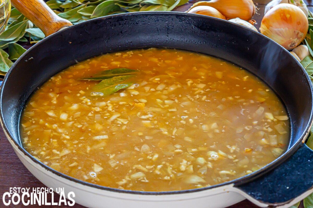 Sofreír la cebolla para los filetes de pollo en salsa de cebolla