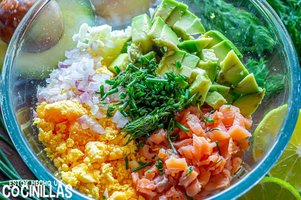 Cómo hacer huevos rellenos de salmón y aguacate