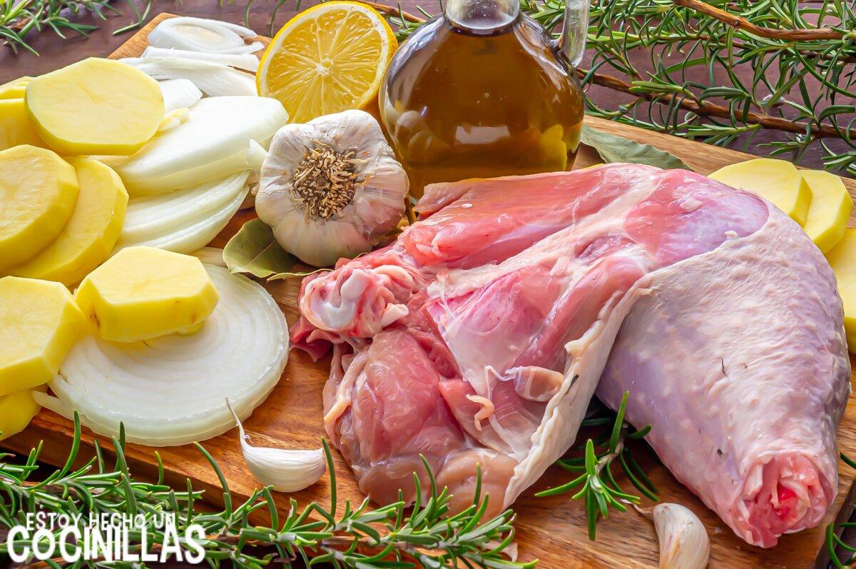 Ingredientes para hacer pierna de pavo al horno con patatas, ajo y romero