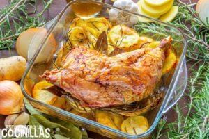 Pierna de pavo al horno con patatas, ajo y romero