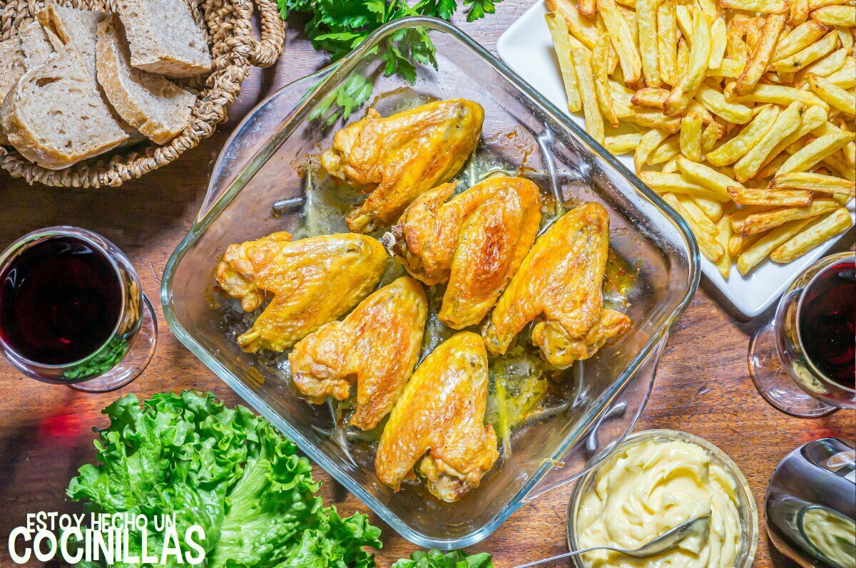 Alitas de pollo al horno crujientes con patatas y mayonesa