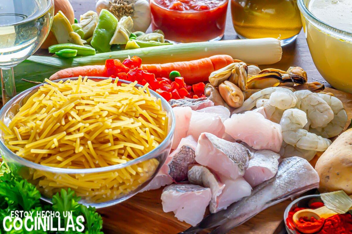 Ingredientes de la cazuela de merluza y marisco con patatas y fideos