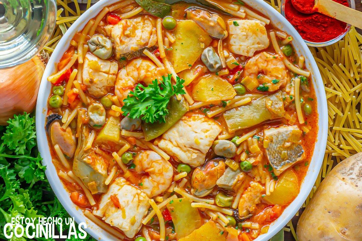 Receta de cazuela de merluza y marisco con patatas y fideos